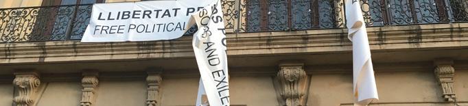 Identificats i denunciats tres ciutadans per arrencar la pancarta de la Paeria en suport als polítics presos