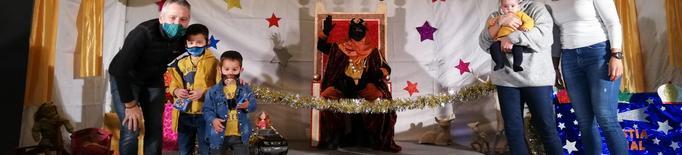El jovent de Rosselló elabora la decoració del Camerlenc i la carrossa dels Reis Mags