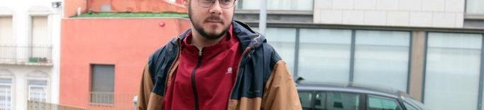 Pla mitjà del raper Pablo Hasél a l'exterior dels jutjats de Lleida