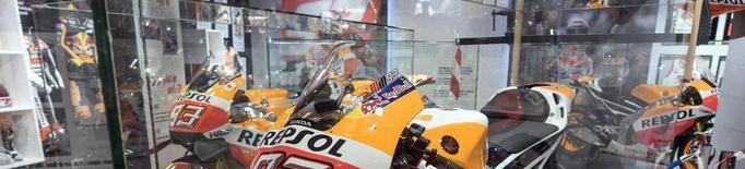Cervera ja mostra la moto vencedora de Marc el 2017