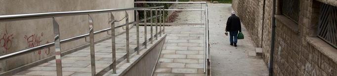 A punt l'accés amb rampa al passeig Mercè Ros d'Agramunt