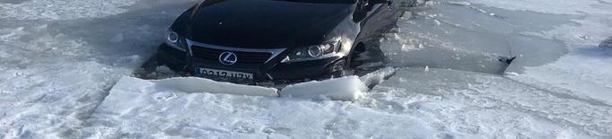 Un totterreny cau dins d'un llac gelat al port de la Bonaigua