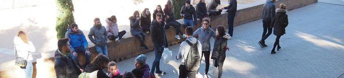 Una ONG recull plàstics i xeringues al parc de Santa Cecília