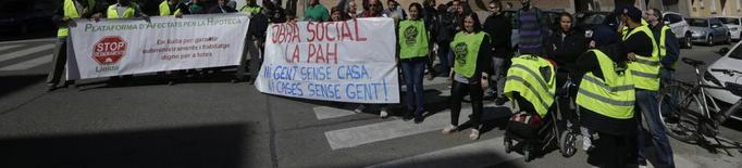 """La PAH okupa el primer edifici sencer a Lleida propietat del """"banc dolent"""""""