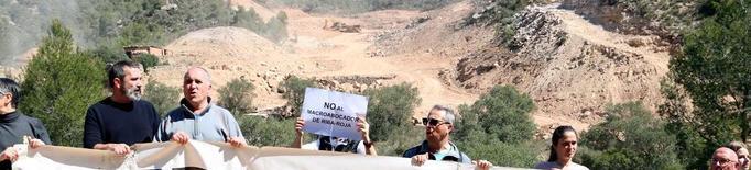 Més de 150 persones exigeixen parar les obres a l'abocador de Riba-roja
