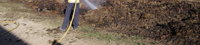 Cremen tres tones d'excrements en una granja d'Almenar