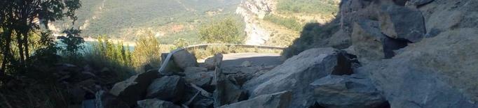 Una allau de pedres sepulta la carretera d'accés a Mont-rebei