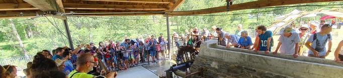 La fira anual del ferro d'Alins reuneix un centenar de forjadors