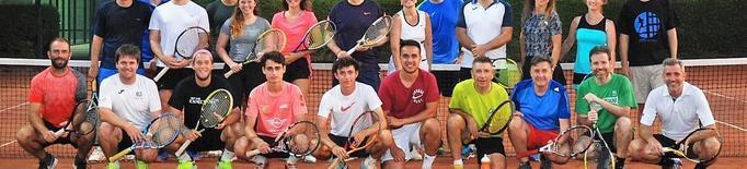 Mig centenar de socis del CT Lleida en els clínics de tenis