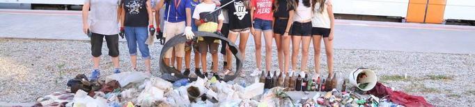 Recullen 80 quilos d'escombraries a l'estació de tren de Golmés