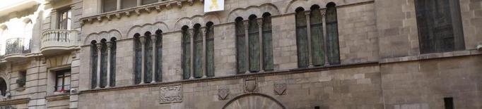 La façana de l'ajuntament torna a lluir llaç groc a més altura