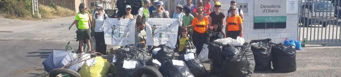 Voluntaris recullen 770 kg de brossa i 670 burilles a Oliana
