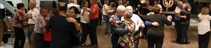 La gent gran converteix la Llotja en una pista de ball