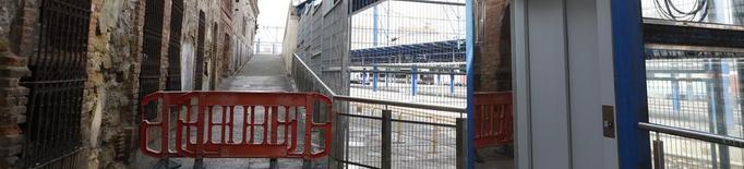 Un tràmit d'Adif impedeix reparar les rampes de la passarel·la de l'estació