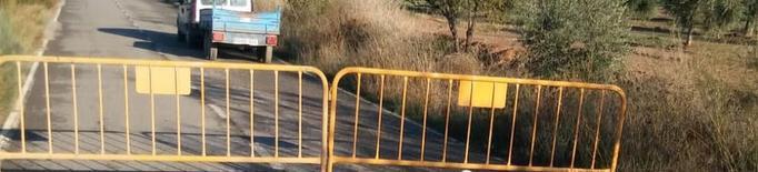 Castelldans tanca la carretera del Cogul per esquerdes a la calçada