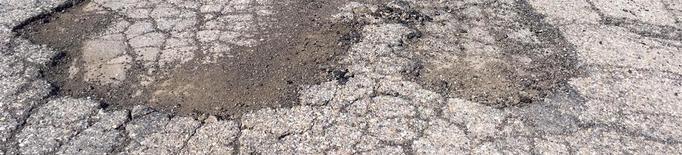 Torà repara la via a Ardèvol, on els veïns han pintat clots de vermell