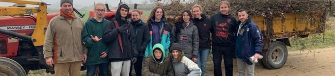 Voluntaris retiren escombraries de la séquia del canal d'Urgell a Juneda