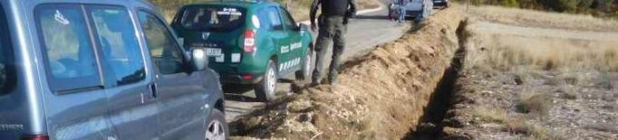 Multen un conductor per circular camps a través al Montsec