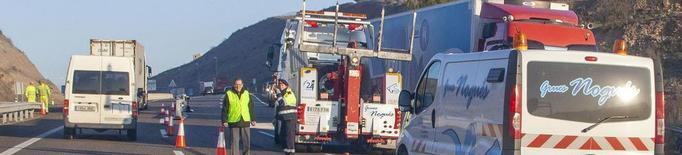 Tallat un carril de l'A-2 a Cervera més de sis hores a l'accidentar-se un camió