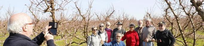 Cinquanta turistes estrenen la campanya del Fruiturisme