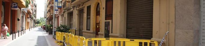 Edifici amb tanques al carrer del Nord a l'espera de sanejar la façana