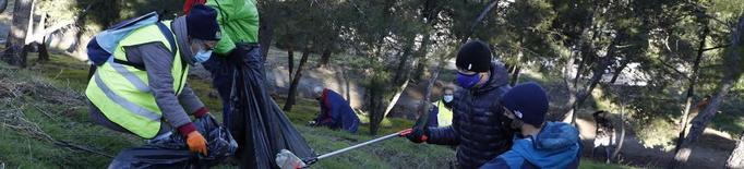 Cinquanta voluntaris recullen 200 quilos de brossa al Turó de Gardeny