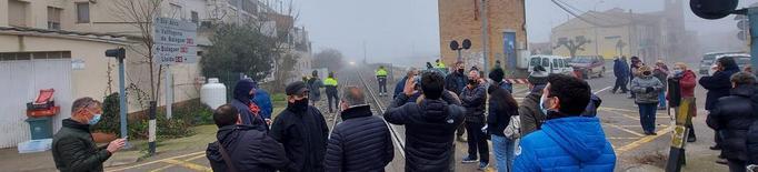 Tallen la via del tren a Térmens per paralitzar la supressió d'un pas a nivell