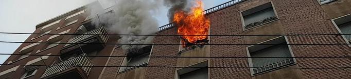 Desallotjats per un incendi en un pis del carrer Tamarit de Llitera