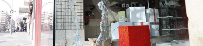 Tres detinguts per robar en dos establiments comercials de Lleida