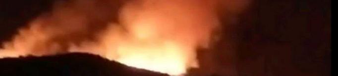 Els bombers treballen en un incendi de vegetació a Arties