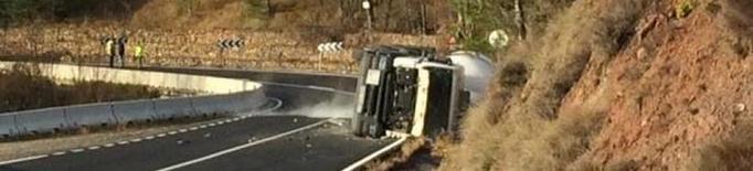 Tallada l'A-2 a Bell-lloc d'Urgell en sentit Barcelona per un accident entre tres camions