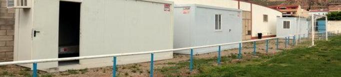 Imatge dels mòduls instal·lats al camp de futbol d'Aitona per si calgués aïllar temporers amb la covid-19 durant la campanya de la fruita