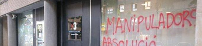 Trenquen vidres i fan pintades a la façana de la delegació de TV3 a Lleida