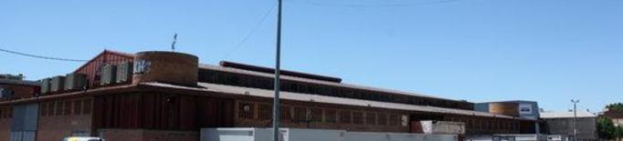 Pla general de l'entrada del pavelló 3 de Fira de Lleida, convertit temporalment en allotjament per temporers