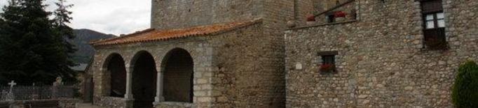 Pla obert de l'entrada de l'església de Santa Maria de Talló, a Bellver de Cerdanya.
