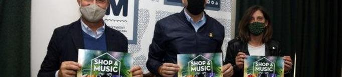 Pla mitjà on es pot veure l'alcalde de Mollerussa, Marc Solsona, el president de Mollerussa Comercial, Àlex Català, i la membre de la Junta, Núria Sans, amb el cartell de 'Shop&Night',