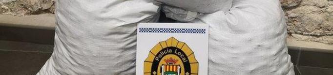 Pla mitjà on es poden veure els sacs d'ametlles furtades a les Borges Blanques