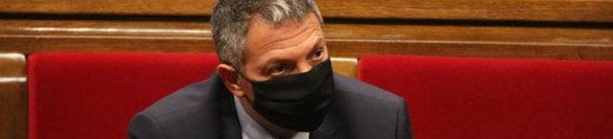 El conseller d'Interior en funcions, Miquel Sàmper, seguint el ple del Parlament