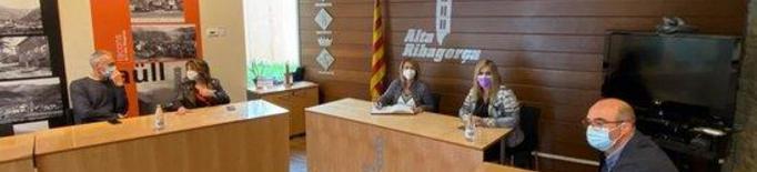Pla general de la reunió de la vicepresidenta, Rosa Pujol, amb la presidenta del Consell de l'Alta Ribagorça, Maria José Erta, i l'alcalde del Pont de Suert, José Antonio Troguet, a la seu del Consell Comarcal