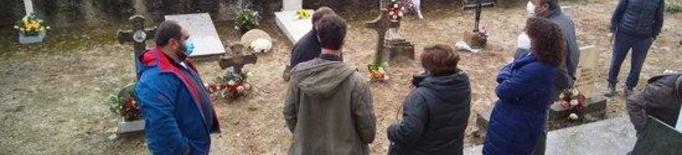 Imatge de l'enterrament de les restes de dos soldats republicans al cementiri de Foradada