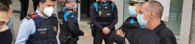 Agents de la Guàrdia Urbana expliquen a l'alcalde de Lleida, Miquel Pueyo, què ha passat
