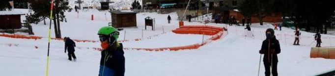 Pla general de l'estació d'esquí de Port Ainé a la cota 2.000 amb un esquiador en primer pla el 7 de gener del 2020