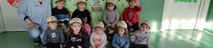 Els escolars de Benavent es posen la gorra contra el càncer infantil