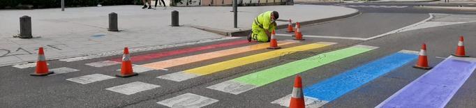 Lleida llueix els colors de la bandera LGTBI al mobiliari urbà i passos de vianants