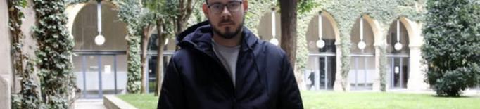Pla mitjà on es pot veure al raper Pablo Hasél tancat a la UdL per frenar la seva detenció i empresonament