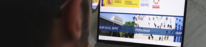 Un home mirant la pàgina web del Servei Estatal Públic d'Ocupació (SEPE)
