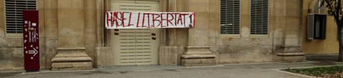 Pancarta Pablo Hasél feta per l'artista Aka Modesto, Rectorat, Lleida. Imatge d'arxiu.