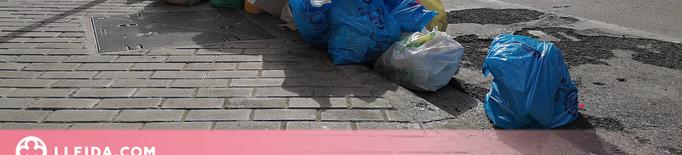 Bosses d'escombraries a terra per la falta de contenidors a Lleida
