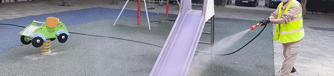 L'Ajuntament de Tàrrega intensifica des d'avui els treballs de desinfecció i neteja dels parcs infantils de la ciutat com a mesura de reforç preventiu davant la Covid-19. Operaris de la Brigada Municipal tornen a realitzar amb periodicitat diària aquestes