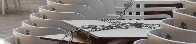 Bar tancat, cadires i taules amuntonades. Imatge Arxiu